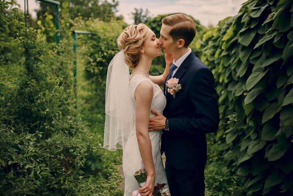 Saruta mireasa. Fotograf nunta.